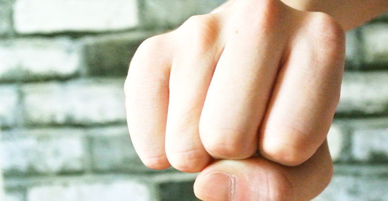 拳で人を殴る
