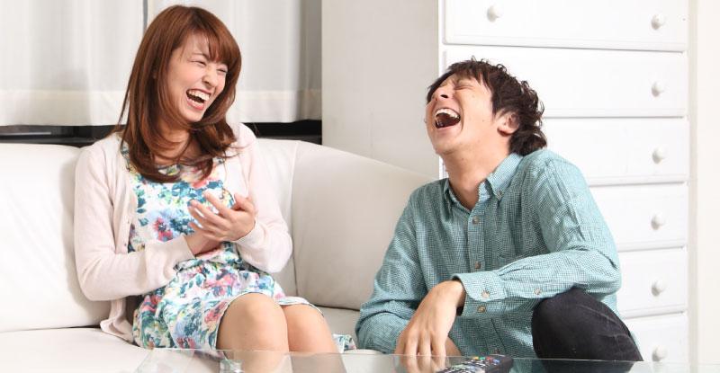 共通の話題で大笑いする楽しそうなカップル