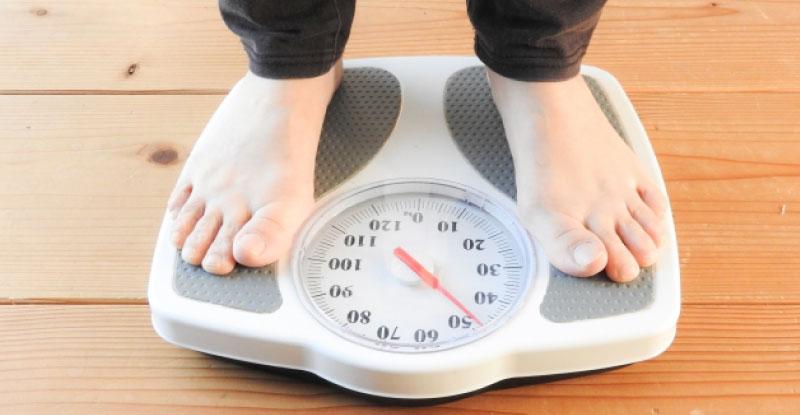 体重計に乗る|20キロ痩せた!健康的に痩せる1プレートダイエット