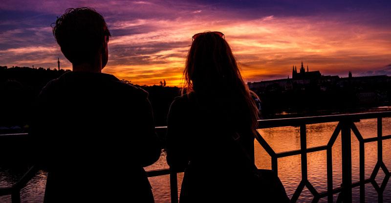 夕暮れの街でデートをするカップル