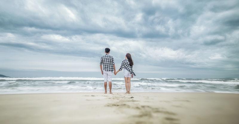 海で手を繋ぐカップル